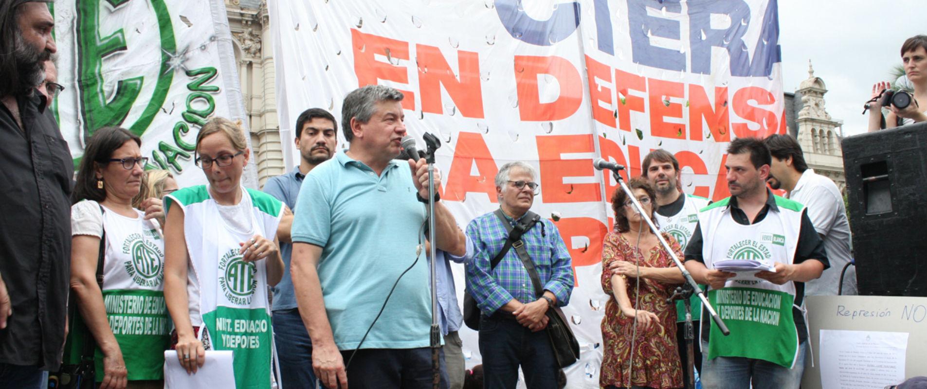 Pedro Wasiejko Organizaciones sociales, políticas, sindicales y de la educación realizaron un abrazo simbólico al edificio donde funciona la cartera educativa en Pizzurno 935, C.A.B.A., en repudio a la represión a los trabajadores que tomaron pacíficamente las instalaciones.