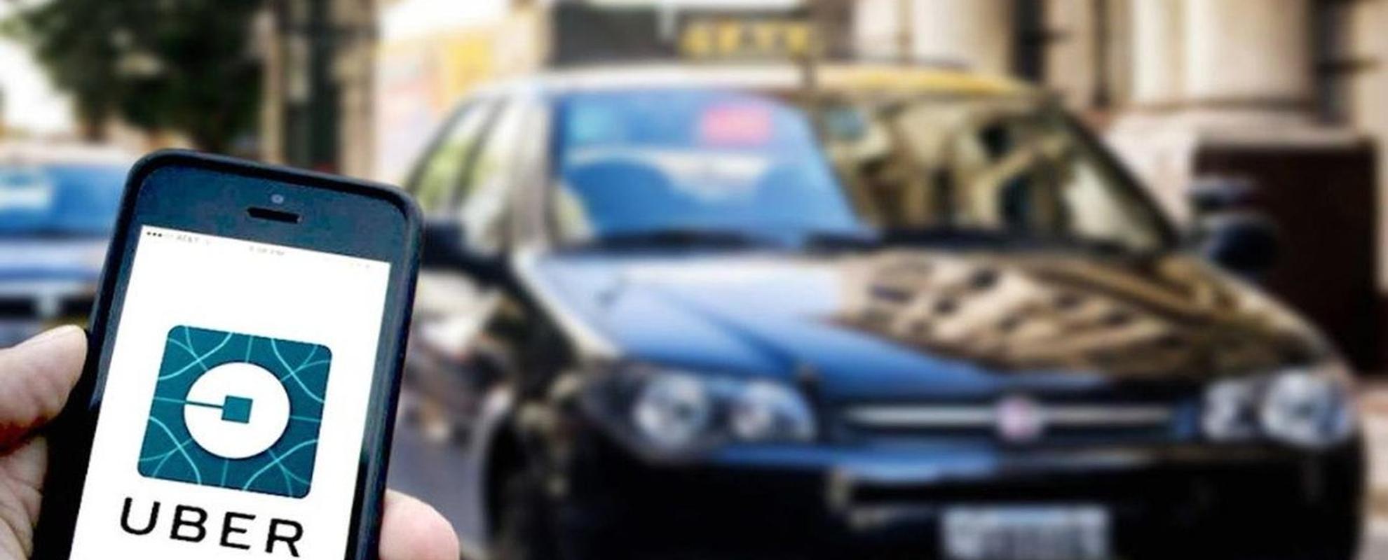 """LosDres. Diego Tosca y Luciano Doria, este último miembro del Equipo Jurídico de la FeTIA que dirige el Dr. León Piasek, nos acercan un valioso aporte desde el derecho del trabajo y su normativa tutelar sobre el fenómeno """"Uber""""."""